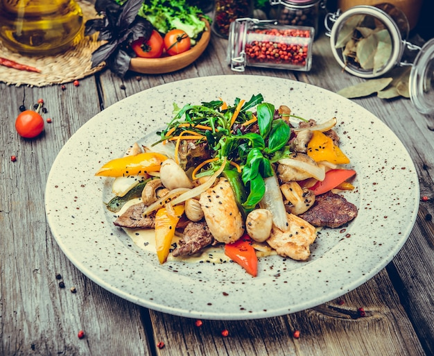 ロースト野菜、魚のグリル、春、夏のピクニックと串の肉ケバブ Premium写真