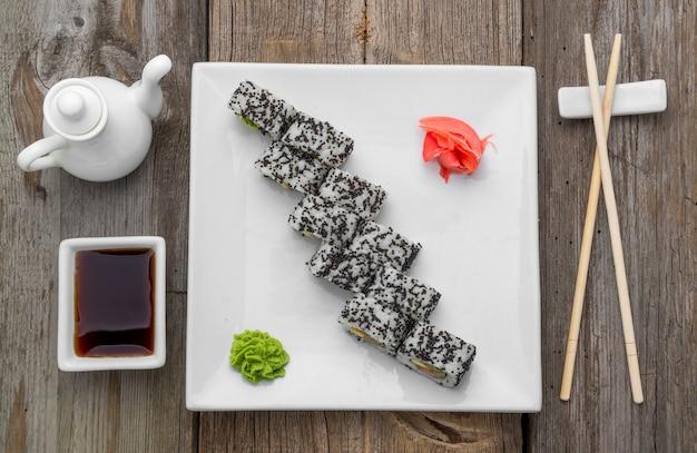 日本の伝統的な寿司料理と新鮮な魚介類のロール Premium写真