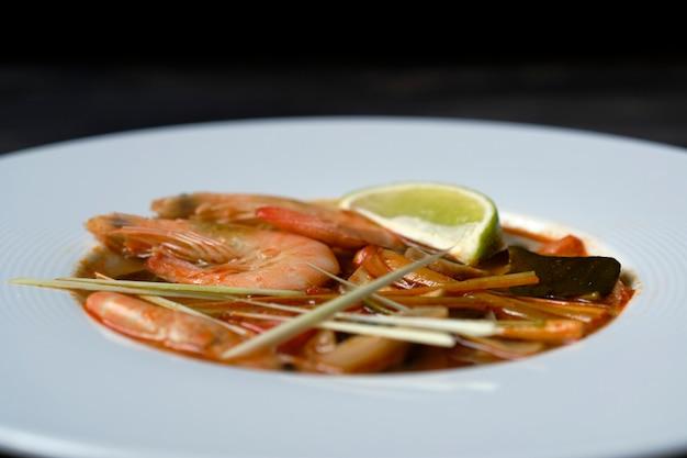 トムヤムタイのスープ成分エビガランガルレモングラス Premium写真