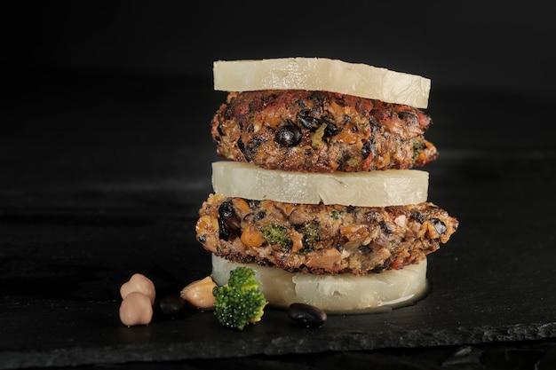 野菜ビーガンポルタベッロ黒豆ひよこ豆バーガー Premium写真