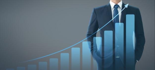 彼のビジネスでグラフの肯定的な指標の実業家計画グラフ成長の増加 Premium写真
