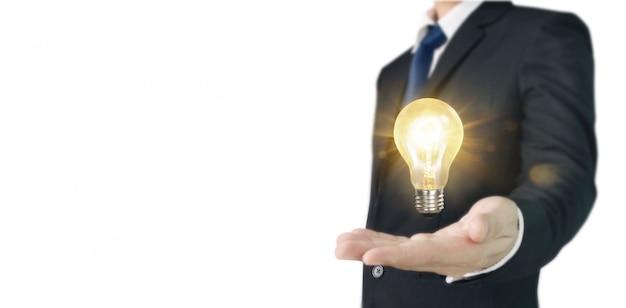 照らされた電球、技術革新のインスピレーションコンセプトを持っている手 Premium写真