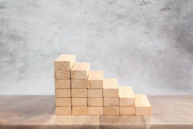おもちゃの階段の木をステップアップ手に似ている人 Premium写真