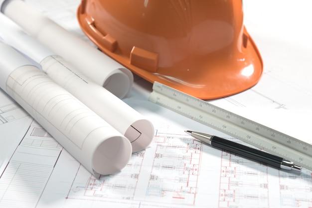 建築計画プロジェクト図面とペン 無料写真