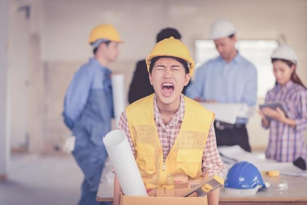歩くことと怒っている仕事から解雇された女性 Premium写真