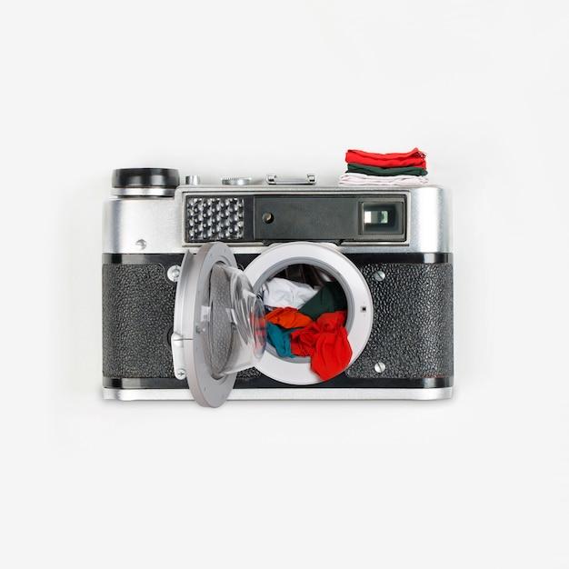 Коллаж из винтажной камеры и стиральной машины с одеждой Premium Фотографии