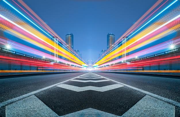 道路上の信号灯がぼやけている 無料写真