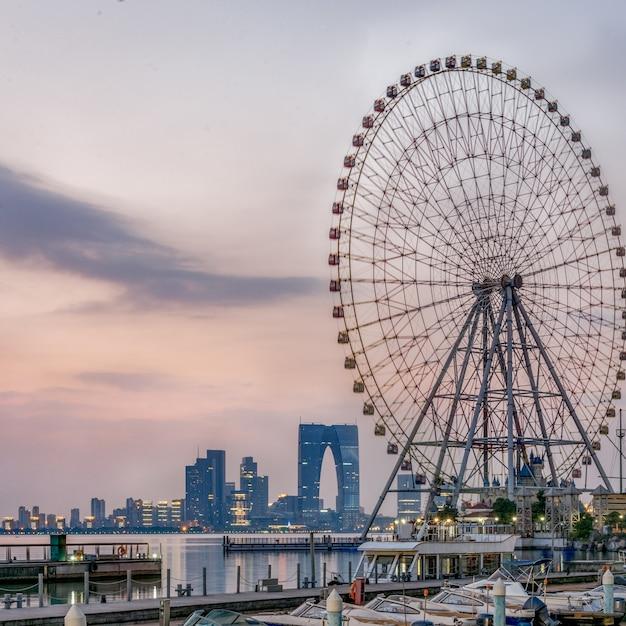 Колесо обозрения с городской пейзаж в фоновом режиме Бесплатные Фотографии