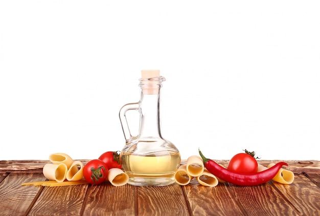 生パスタと白とシェリーで分離された食品野菜 Premium写真