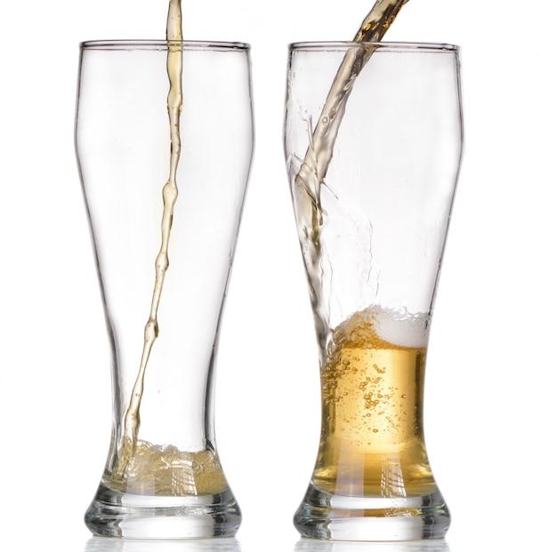 Изолированная стеклянная и коричневая бутылка пива на белом фоне Premium Фотографии