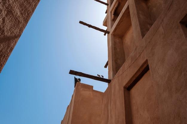 オールドドバイ。歴史的な伝統的なアラビア語の通り Premium写真