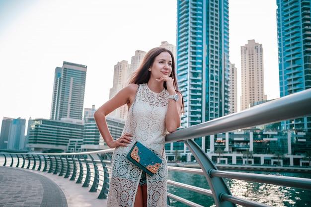 Наслаждаясь путешествием в объединенных арабских эмиратах. счастливая женщина Premium Фотографии