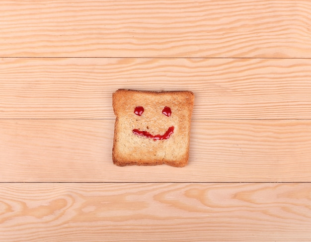 Кусочек хлеба с улыбкой на деревянном Premium Фотографии