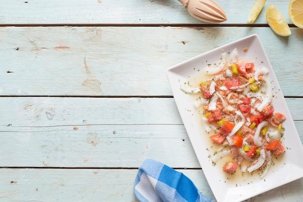 サーモン、トマト、タマネギ、レモンのセビーチェ Premium写真
