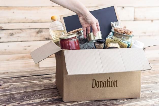 被災者の衣服と食料のための募金箱 Premium写真