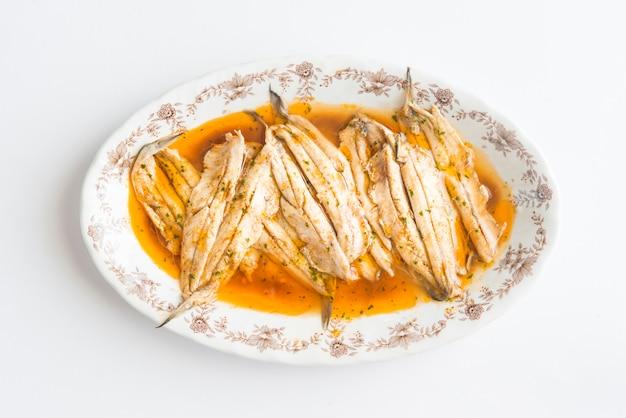 Сардины маринованные типичная здоровая тапа испании Premium Фотографии