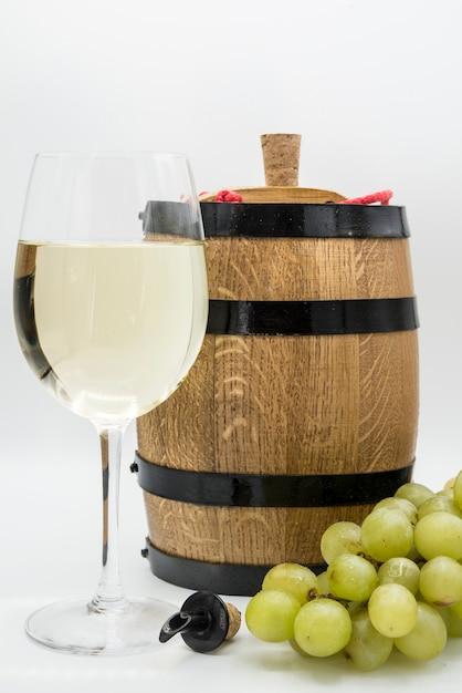 白ワインと木製の樽のグラス Premium写真