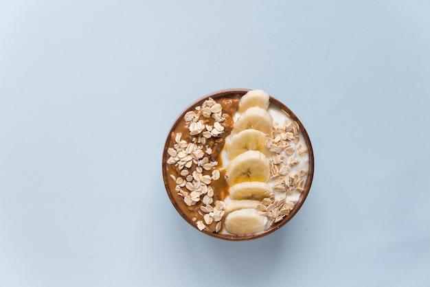 ピーナッツバターとバナナとオート麦のスムージーボウルヨーグルト Premium写真