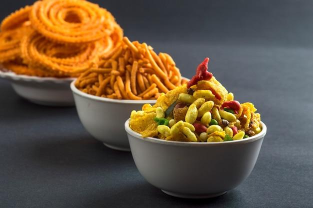 インドのスナック:チャクリ、チャカリまたはムルックとブザン(グラム粉)セブとチバダまたはチワダ。ディワリフード Premium写真