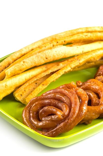 インド料理ファフダとジャレビ、グジャラートの特別で有名な料理。 Premium写真