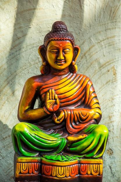 カラフルな仏像のクローズアップ Premium写真