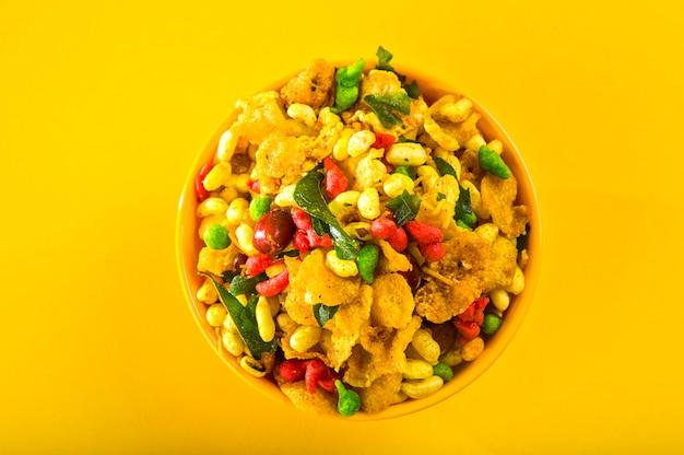 伝統的なインドの揚げ塩辛い料理 Premium写真