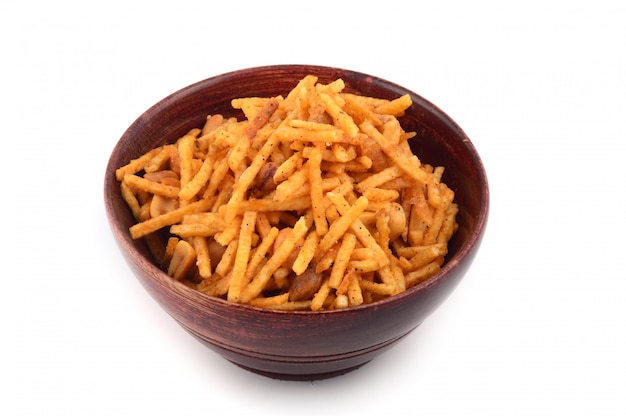 塩味の揚げ物料理-シブダまたはグラム粉で作られたドライフルーツと混合した混合物。 Premium写真