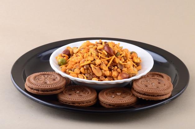 インドのスナック:プレートの混合物とクリームビスケット。 Premium写真