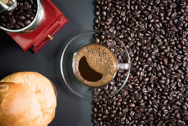 Эспрессо в стакане на деревянный стол Premium Фотографии