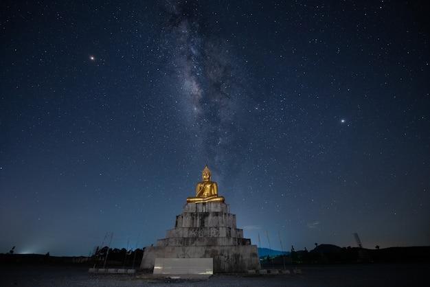 仏像と天の川 Premium写真