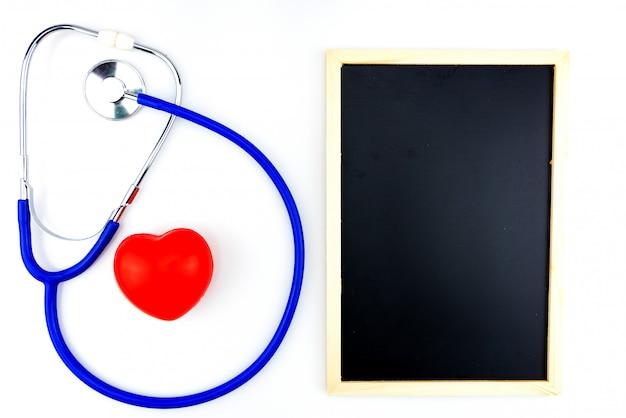 分離された青の聴診器と白い背景の赤いハート Premium写真