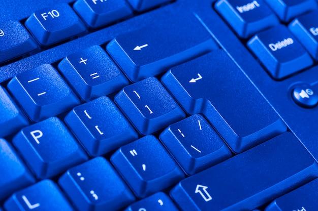背景としてパソコンのキーボードのクローズアップ。 Premium写真