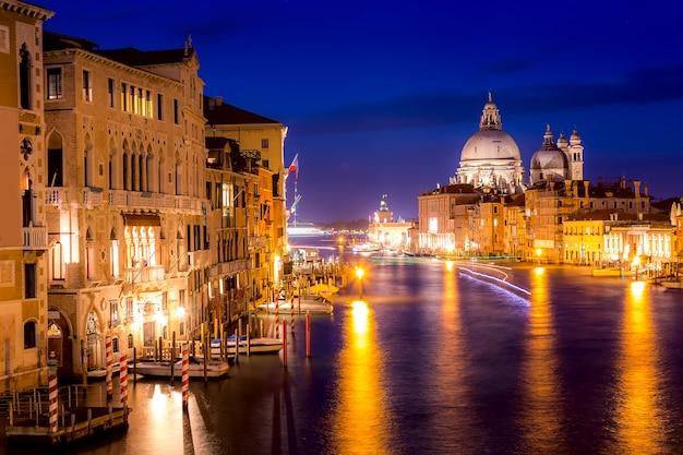 バシリカサンタマリアデッラサルーテ、プンタデッラドゴナ、大運河、ヴェネツィア、イタリアの青の時間日没で反射 Premium写真