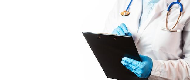 Портрет женщины-врача со стетоскопом, маской и папкой с документами на белом фоне Premium Фотографии
