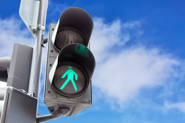 Светофоры с зеленым светом для пешеходов Premium Фотографии
