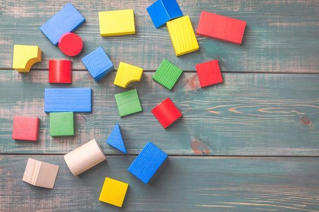 子供の論理的思考のための幾何学的図形。子供のビルディングブロック。 Premium写真
