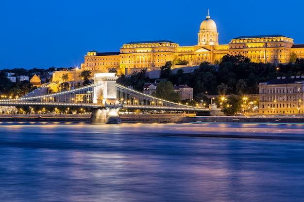 セーチェーニ鎖橋の夜景 Premium写真