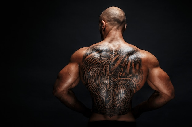 刺青の男の背中のビュー Premium写真