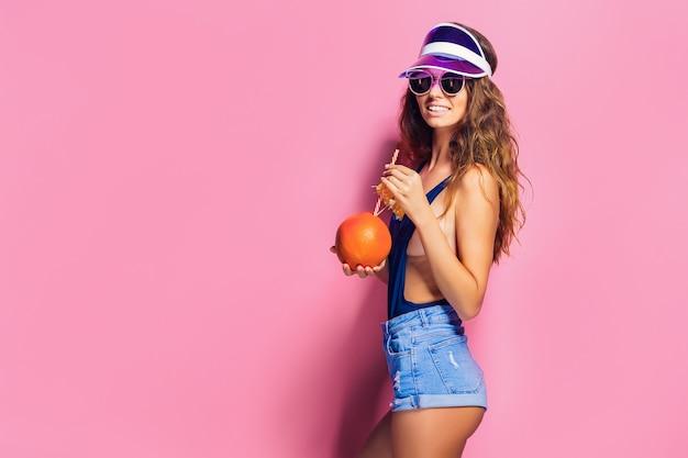 ジューシーなフルーツと官能的な女性 Premium写真