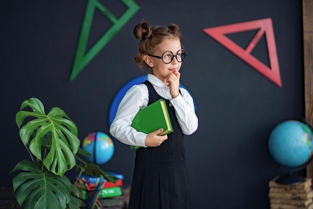 学校の教科書とスマートな女の子 Premium写真