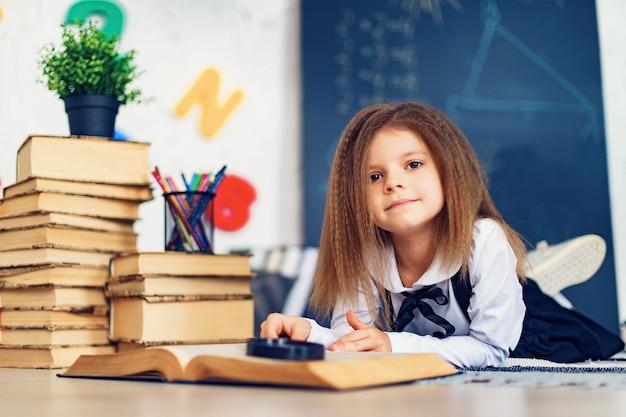 Концепция обучения с красивым учеником начальной школы Premium Фотографии