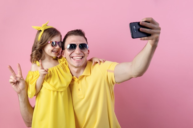 Папа и маленькая дочь делают селфи с смартфон Premium Фотографии