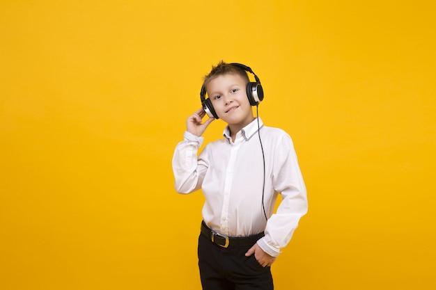 白人少年リスニング音楽スタジオコンセプト Premium写真