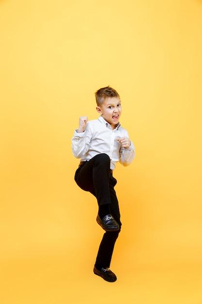 幸せな少年が喜びのためにジャンプします。幸福、活動および子供の概念。 Premium写真