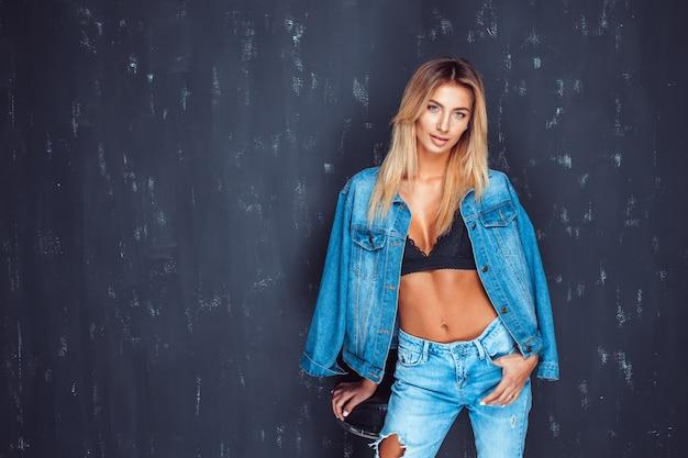 ブラジャーとデニムの魅力的なモデル Premium写真