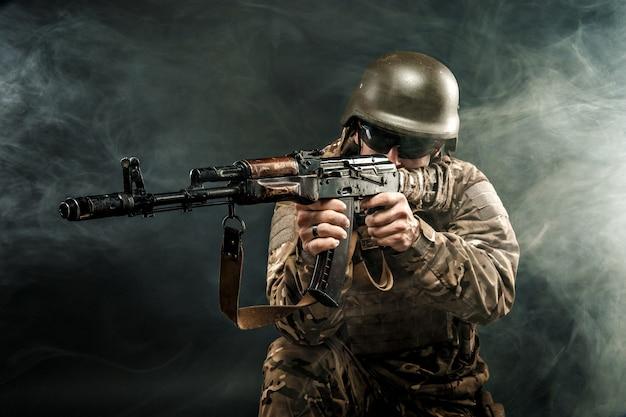 Военный человек, направленный в дым Premium Фотографии