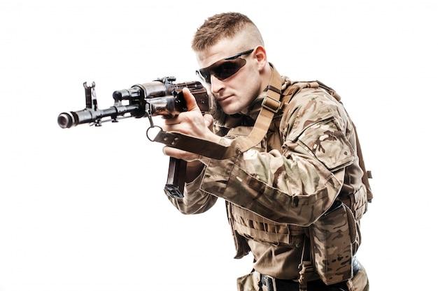 ライフルを目指して若い軍人 Premium写真