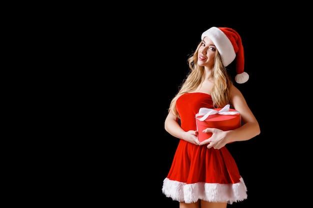 プレゼントでポーズの衣装で魅力的な女性 Premium写真