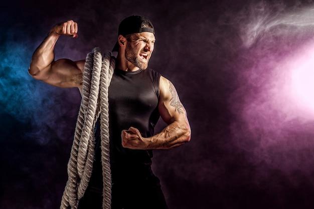 バトルロープ、機能トレーニングを保持している男性 Premium写真