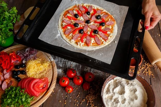 ベーキングトレイに食材を使った生ピザ Premium写真